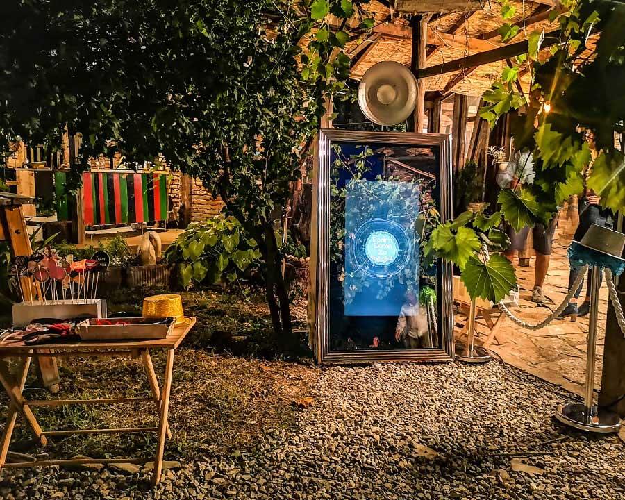 Good Mood Booth ogledalo idealan je dodatak za sve vrste dogadjaja i proslava. Foto booth stampa slike u roku od nekoliko sekundi.