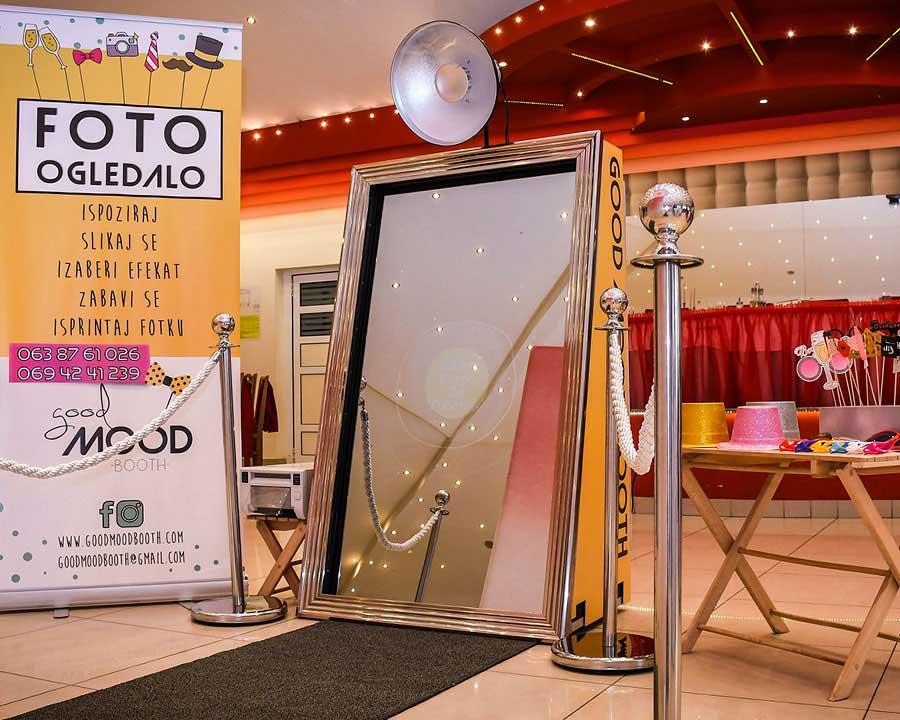 Magic mirror – foto selfie za vencanja i photobooth za korporativne dogadjaje kao i proslava firme , godisnjica firme ili teambuildng . Najmoderniji foto booth je savrsen dodatak za sajam , promocija firme , promocija proizvoda.